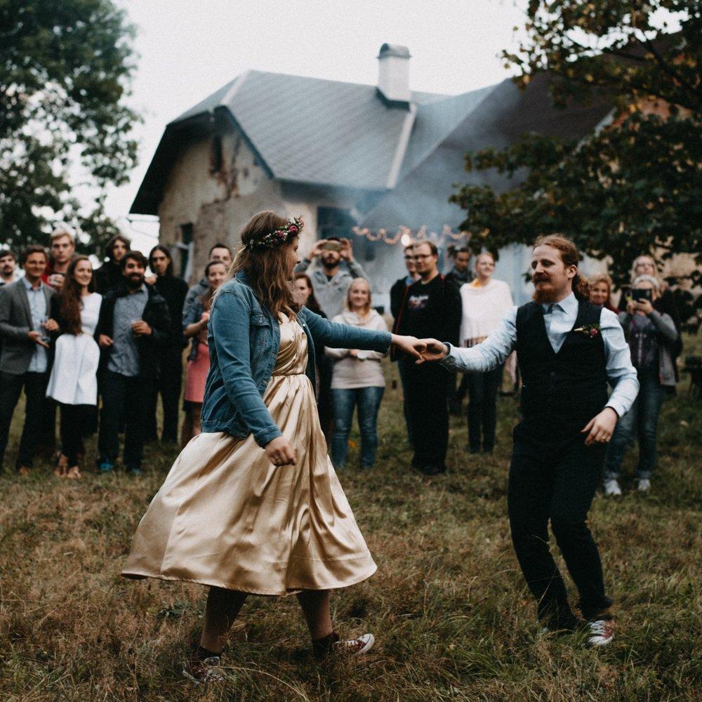 Když jsme začali plánovat naši svatbu, byla jsem ochotná u mnohého slevit. Na spoustě věcí nezáleželo, pokud tam budeme (teď již s manželem) spolu, pokud u toho budou fajn lidi. Fotky a fotograf, který by nám je pořídil, patřily k těm několika málo zásadním věcem, které jsem na svatbě opravdu chtěla. Přála jsem si proto opravdového fotografa fotícího opravdové fotky, někoho, kdo si tu veselku s námi užije a koho budu moct vnímat jako dalšího hosta - ne jako naškrobeného technika někde v koutě. A jako spousta věcí na svatbě, i tahle se mi (zcela po haluzi a díky šťastné náhodě) splnila. Fotky jsou překrásné, veškeré Víťovy služby s nimi spojené bezkonkurenční (on ty fotky tiskne a ručně na ně maluje papírové krabičky!), jeho přístup pohodový a naše zážitky nezapomenutelné.