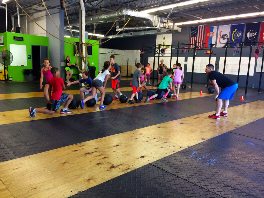CrossFit-Mantra_CrossFit-Kids_Wall-Ball-and-lunges-game.jpg