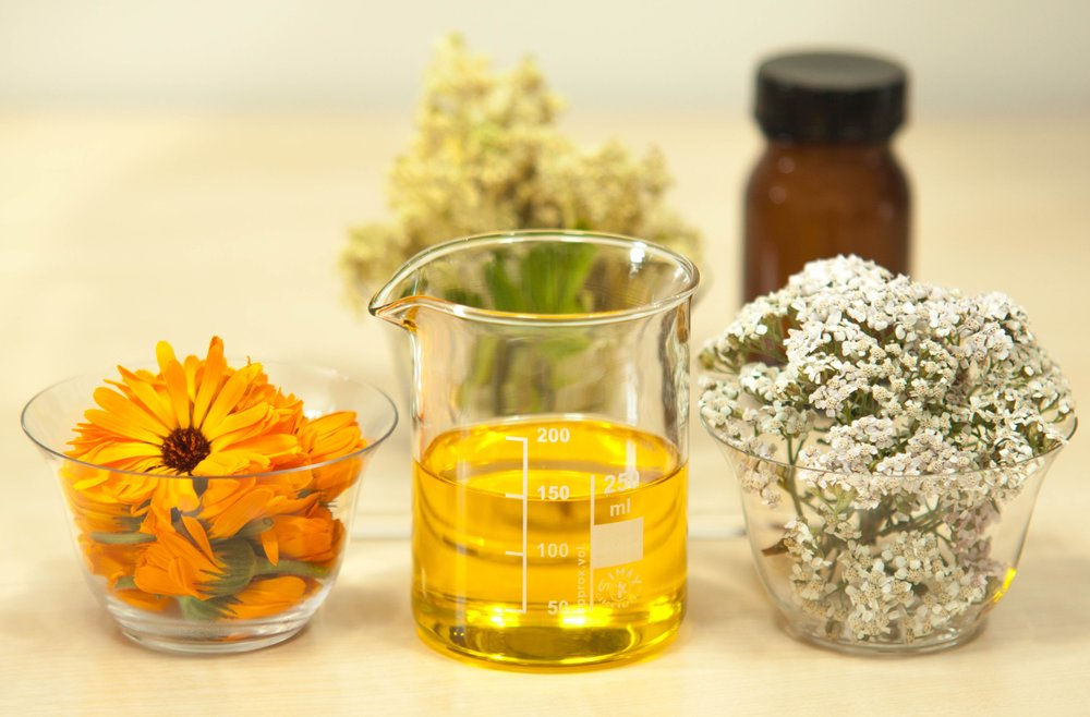 CHAMOMILE HERBAL AROMATIC TREATMENT   CHAMOMILE IS ONE OF THE MOST POPULAR HERBS IN THE WORLD.  CHAMOMILE STIMULATES THE NATURAL HORMONE THYROXINE, WHICH INFLUENCES AND REJUVENATES THE TEXTURE OF THE SKIN AND HAIR.