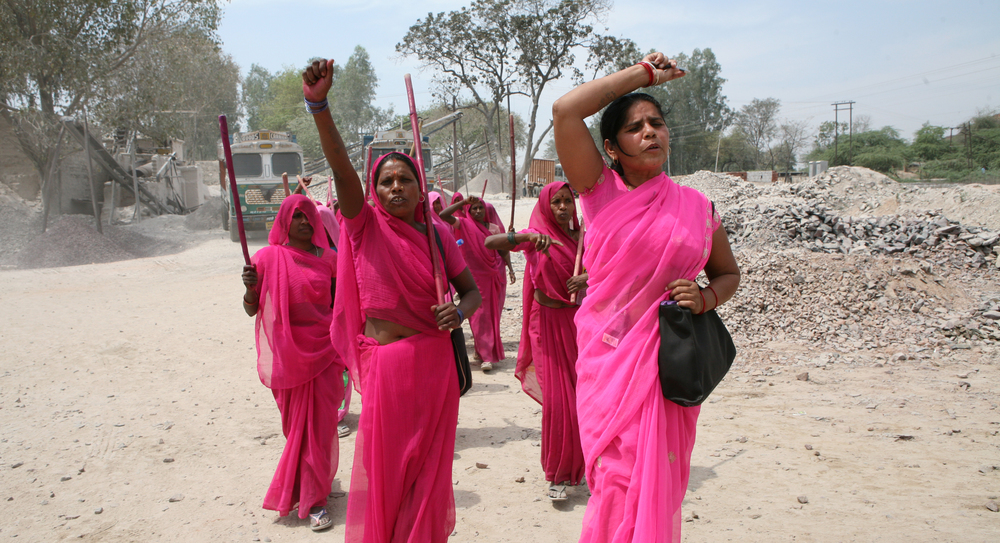 Gulabi Gang_4_marching - Photo by Torstein Grude.jpg