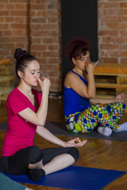 exercitii yoga pentru stres, totul despre yoga, tehnici de respiratie, miscari de yoga pentru incepatori