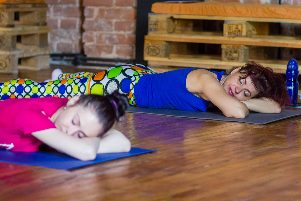 curs de yoga incepatori, terapia pentru dureri de spate