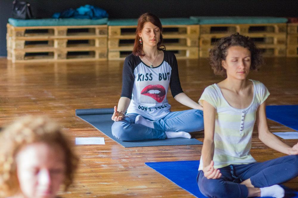 exercitii de yoga pentru incepatori, meditatie zen, yoga te scapa de durere