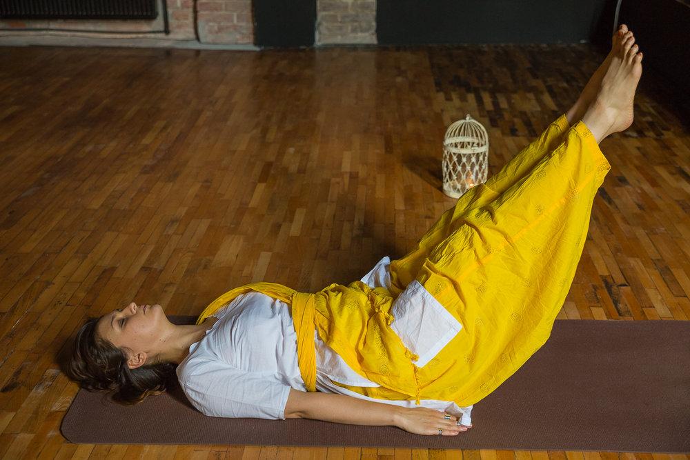 Sanatate fizica - Prin practica de yoga sistemele de organe isi reiau functia optima. Plamanii se oxigeneaza, muschii se tonifiaza, pielea devine luminoasa si TU te simti bine intreaga zi.
