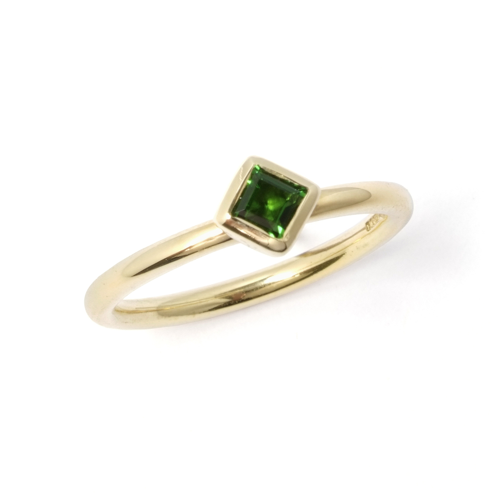 Green tourmaline and 18ct yellow gold rub-over set single-stone stacking ring-SN127.jpg
