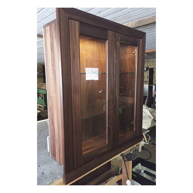 Walnut cabinet. #walnut #solidwood #cabinet #furniture #design #custommade #woodworking #joinery #beforeandafter #valnöt #vitrinskåp #belysning #snickeri #måttbeställt #föreochefter #möbeldesign #möbler #vitriinikaappi #pähkinäpuu #valaistus #huonekalut #muotoilu #puuseppä #mittatilaus #ennenjajälkeen #pieceofshape