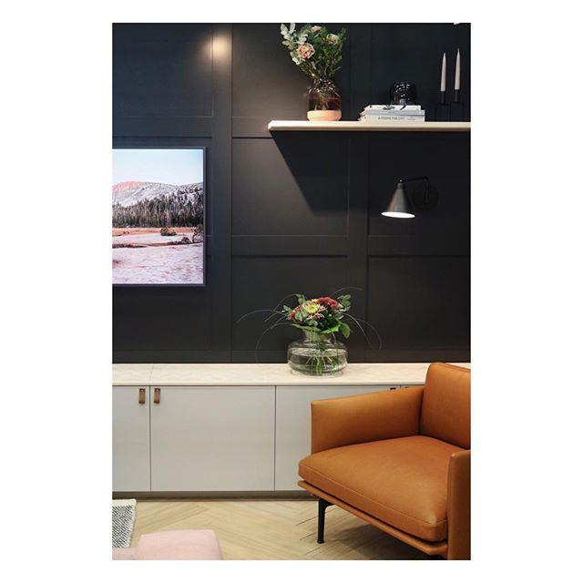 Cozy reading corner. Custom made cabinet, wall shelf, wall panels and floor. #livingroom #readingcorner #custommade #cabinet #wallshelf #wallpanel #floor #woodworking #joinery #interiordesign #inredningsdesign #vardagsrum #måttbeställt #skåp #vägghylla #väggpanel #trägolv #snickare #räätälöity #kaappi #seinähylly #seinäpaneeli #puulattia #sisustussuunnittelu #olohuone #sisustus #pieceofshape