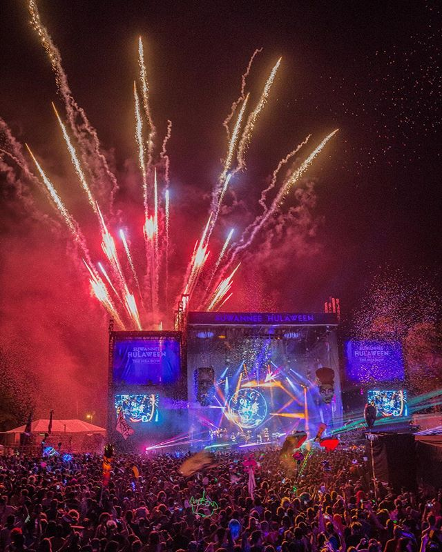 Happy Fourth of July to all of our #HulaCrew! We wish you a safe & fun holiday with all your loved ones ❤️💙❤️ #HulaweenFL (📷: @aaronbradleyphoto)