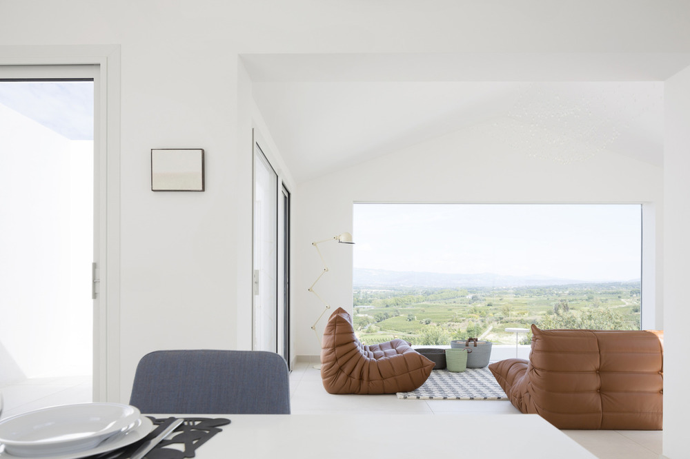 Quiet Villa is a minimalist residence located in Saint-André-de-Sangonis, France.