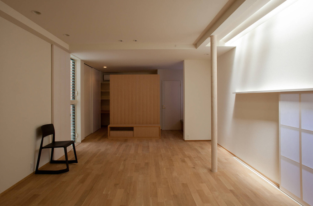House in Musota is a minimalist apartment in Wakayama, Japan.