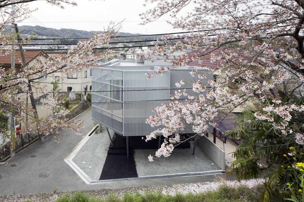 Sakura House is a minimalist house located in Nara, Japan, designed by Kumi Inoue.