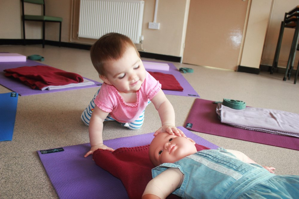 Baby touches a doll baby doll Cristal yoga yoga mats