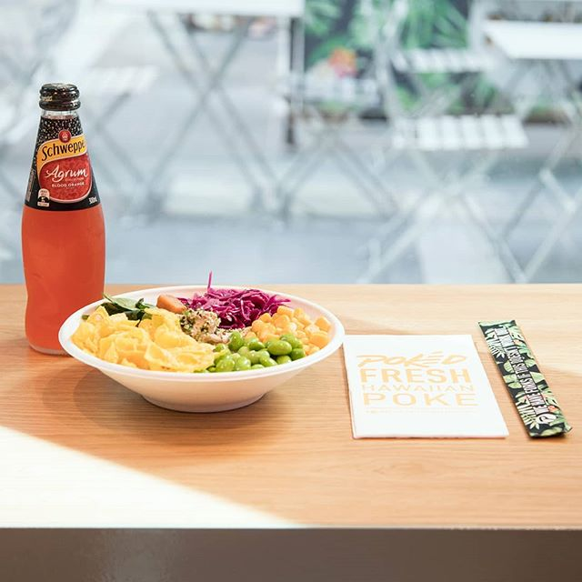 That's one fresh combo - @schweppesaus Agrum blood orange + our hula hula chook pokè. 😉#pokedau