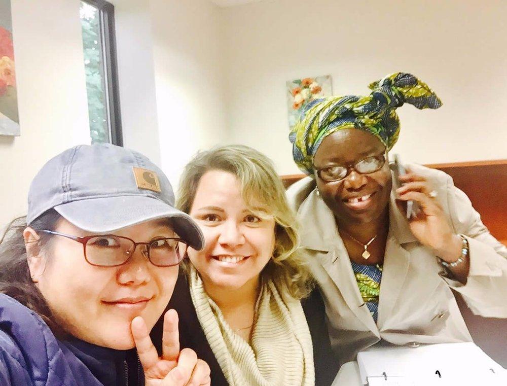 Rachel from korea, eciane from brazil, Opah from zimbabwe. estudando na biblioteca