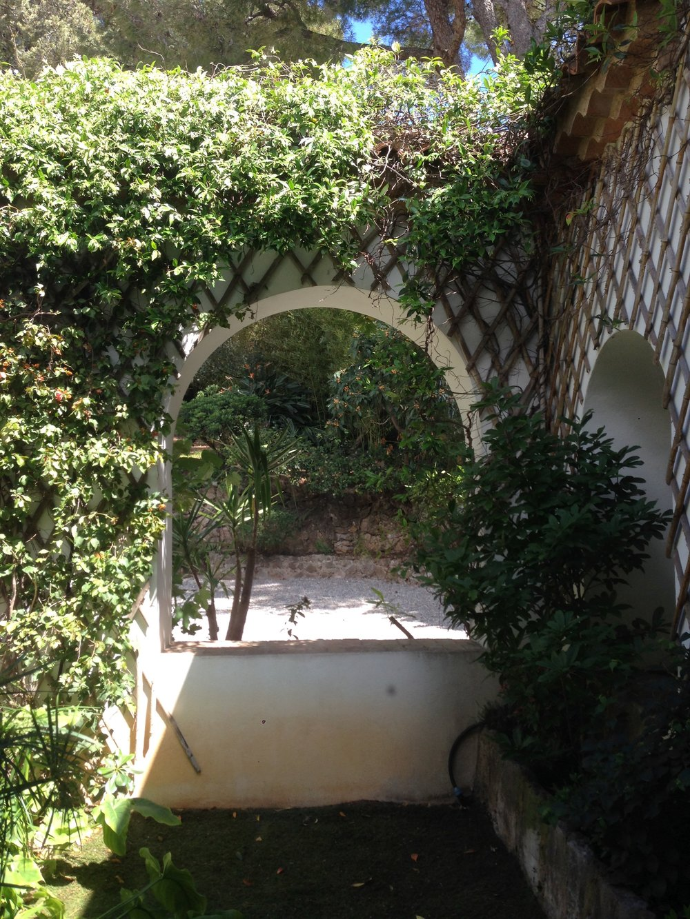 The courtyard at Villa Santo Sospir, with bamboo trellis, climbing vines and Cocteau mosaic, illustrated below.