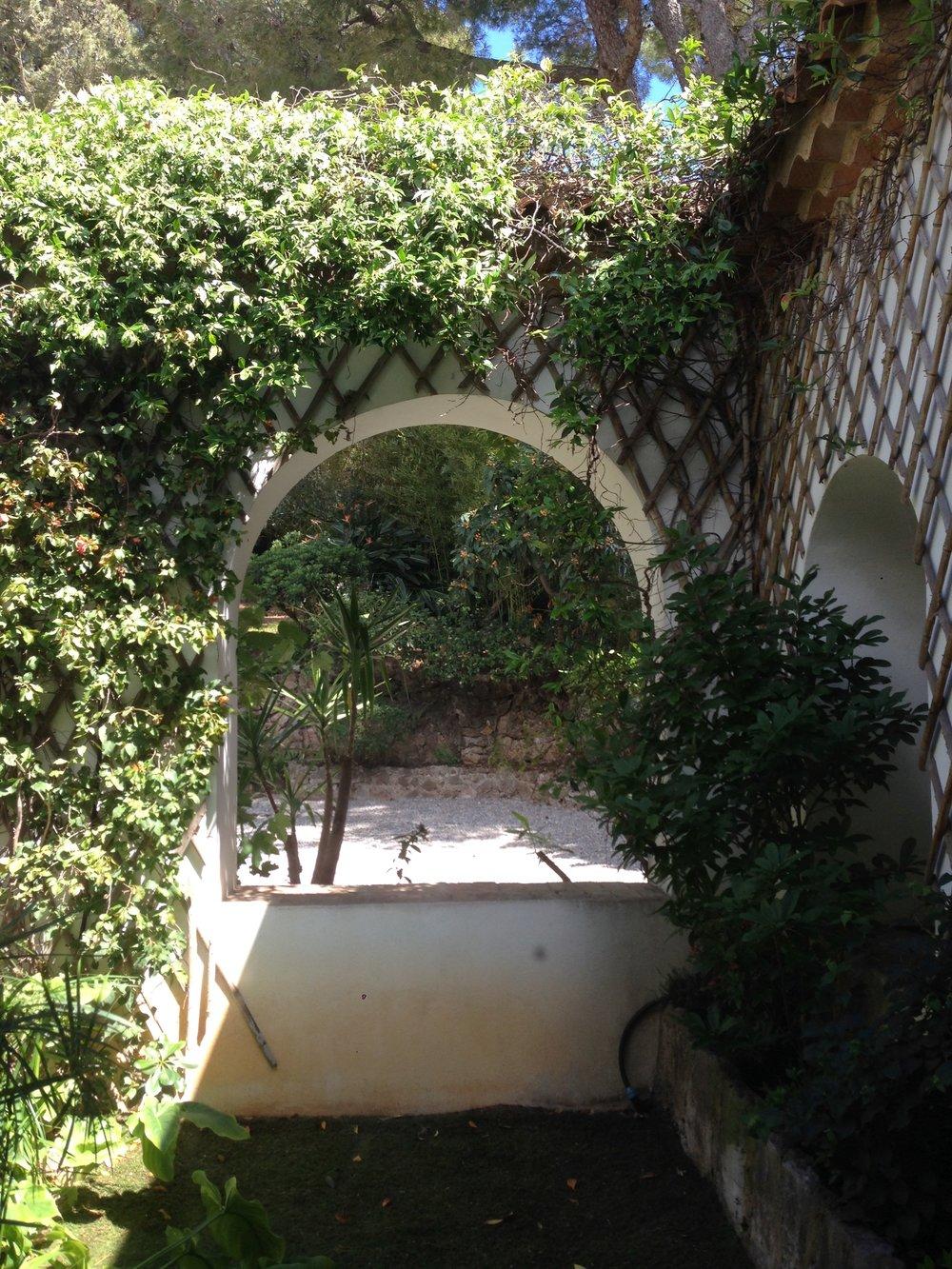 The courtyard at Villa Santo Sospir, with bamboo trellis, climbing vines and Cocteau mosaic, illustrated below.
