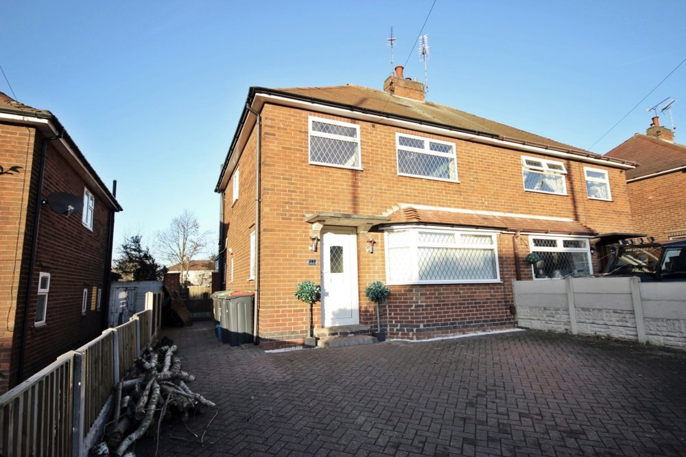 £169,950 Nottingham Road, Selston, Nottinghamshire, NG16 6BT - 3 BEDROOM SEMI DETACHEDContemporary finish throughout, this spacious three-bedroom family home includes driveway parking, modern dining kitchen, conservatory, lounge and so much more. Close to amenities including shops and schools. EPC rating D