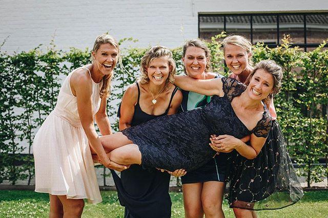 • sisterlove •  Wedding 👰🏻 Photo: @timdeweerdt  #tb #wedding #sisterlove #sisterwedding #crazylove #sisters #havefuntogether #smiles #lookalike #weddingphotography #sisterhood #five #girlstyle