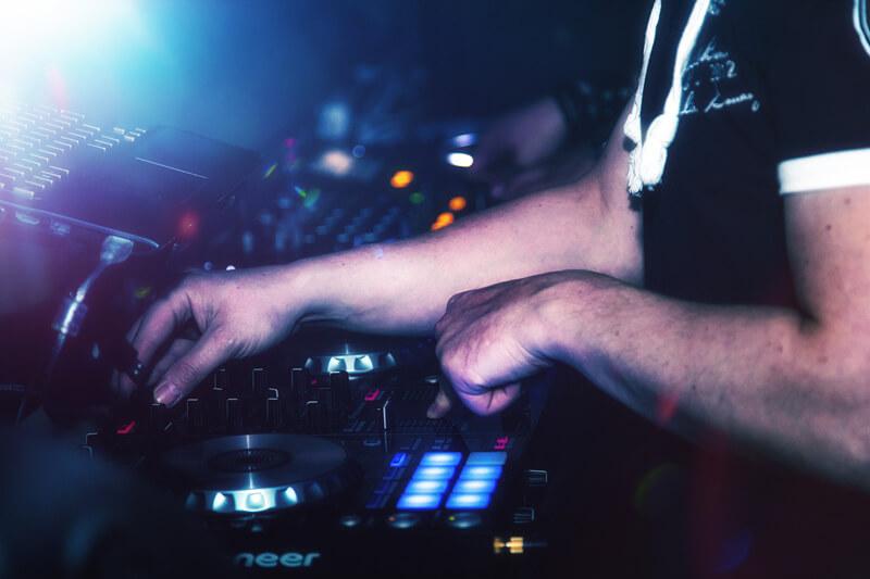 viele bekannte DJ`s an den Turntables