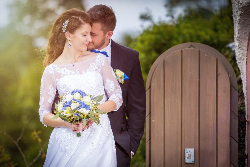 Kuss-Brautpaar-Hochzeit