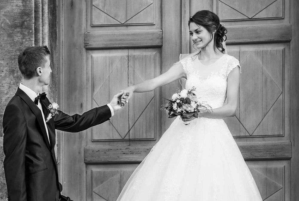 Hochzeitsfotografie im Erzgebirge - Das einzigartige Erlebnis zu Heiraten lässt sich nicht in Worte fassen. Es lässt sich jedoch auf Bildern festhalten. Beim Ansehen der Hochzeitsfotos wird auch nach langer Zeit das wunderschöne Glücksgefühl wieder erweckt und man fühlt sich gleich wieder direkt mitten drin. Ob Ihr Euch ganz klassisch das Ja Wort gebt , oder Eure Hochzeit an einem außergewöhnlichen Ort stattfindet, ich bin mit meinem Team dabei und halte Eure Momente in Bildern fest. Bei einem Vorgespräch klären wir Eure Vorstellungen und Wünsche konkret ab und ich zeige Euch unsere Möglichkeiten detailliert auf. Dabei ist nichts unmöglich, da wir die Möglichkeit haben, Spezialisten aus den Bereichen Video, Drohnenflüge, Photobooth, Make-up Artists und Friseure mit in unser Team zu integrieren. Lasst uns gemeinsam ein direkt auf Euch und Eure Hochzeit abgestimmtes Paket zusammenstellen und die Hochzeit zu einem unvergesslichen Erlebnis werden. Erfahre mehr...klick