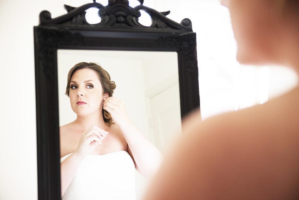 foto's van de bruid die zich aankleedt trouwfotograaf barneveld