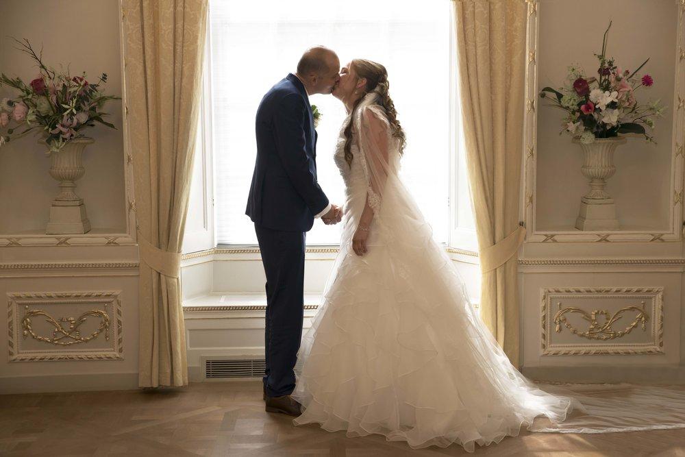 u mag de bruid kussen kus trouwerij ceremonie kus
