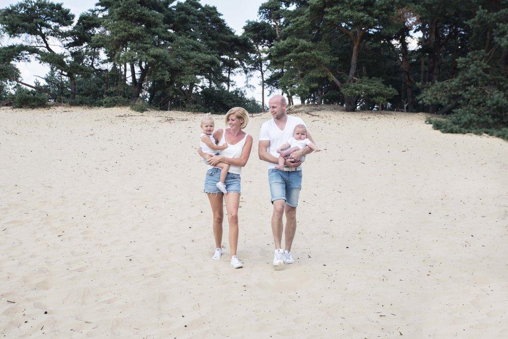 familiefoto's buiten, op een zandverstuiving.