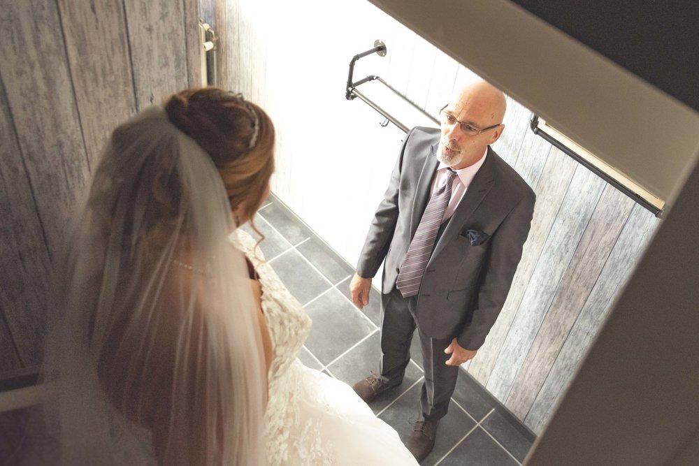 vader ziet bruid voor het eerst. bruid van de trap af