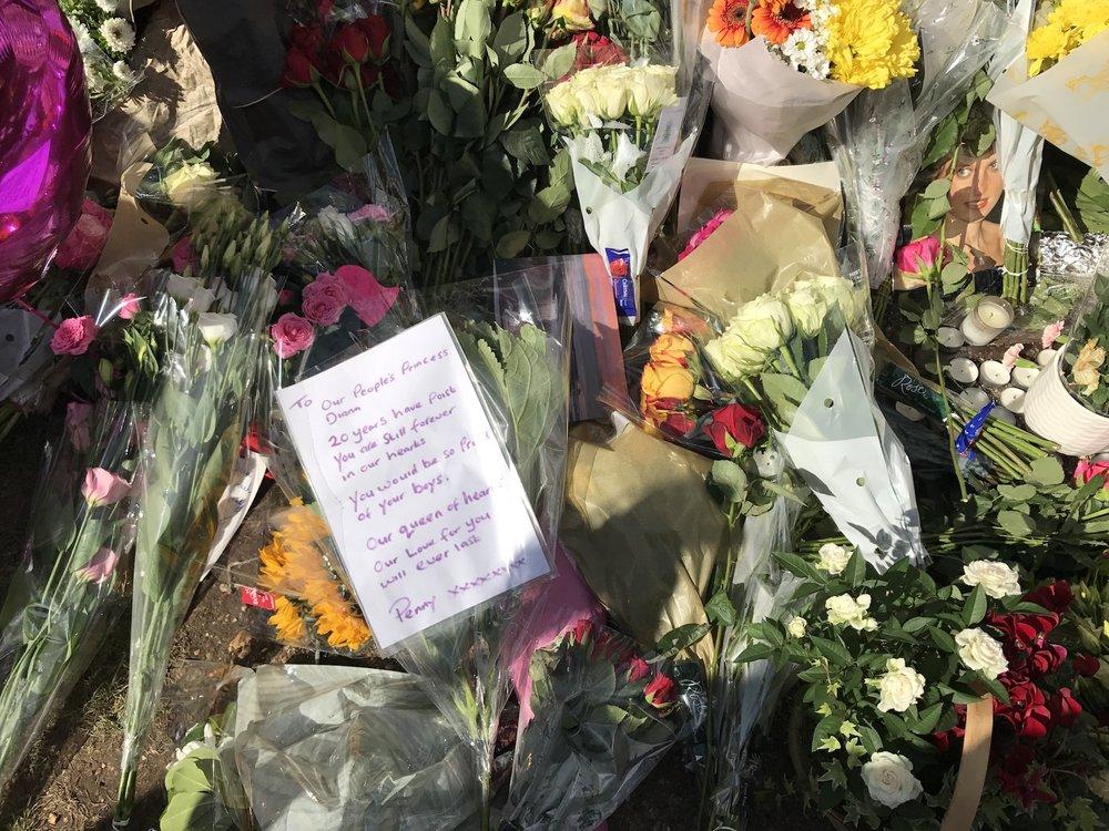 Flowers and notes at Kensington Palace honouring Princess Diana.JPG