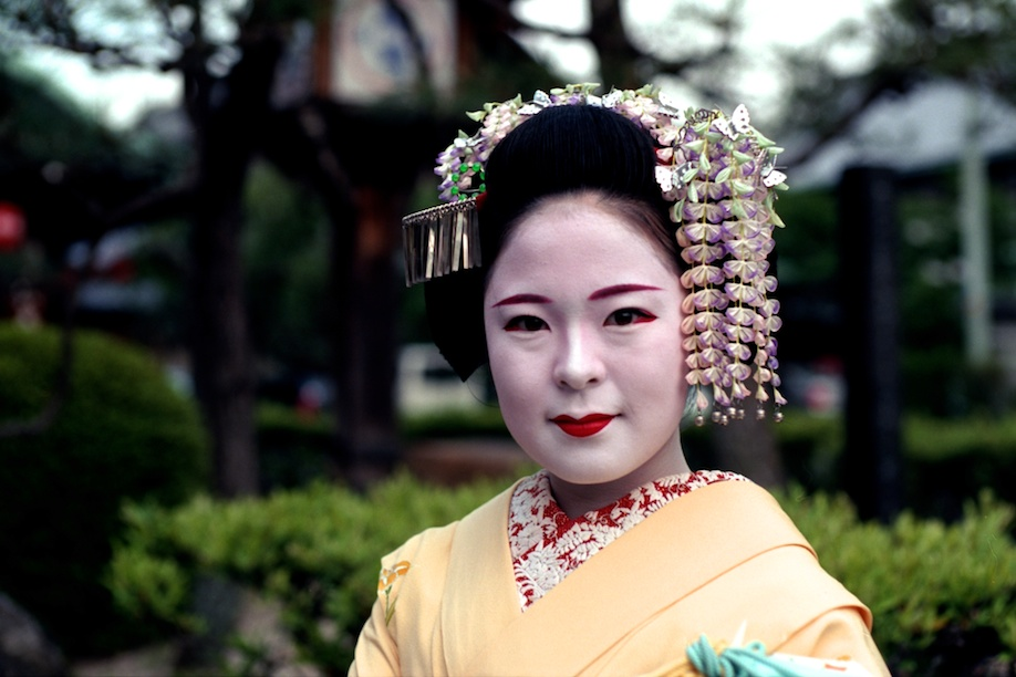 an overview of the geisha Published in 1997, memoirs of a geisha is the story of a nine-year-old girl who grows up to be the most famous geisha in her time chiyo was the second daughter of a fisherman's.