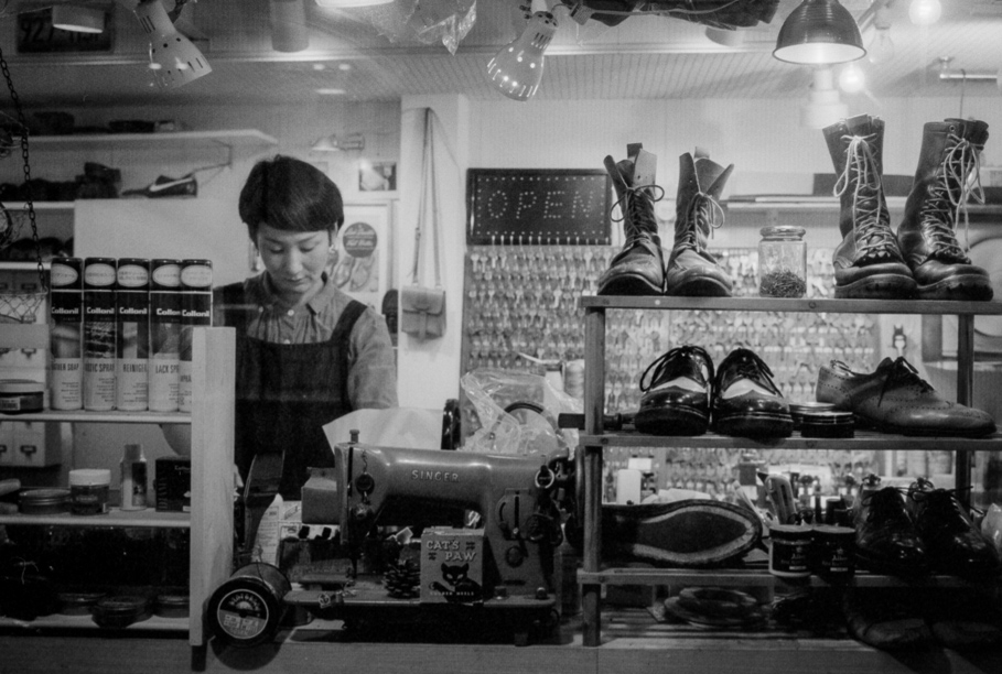 Cobbler in Jiyugaoka shot on Delta 400@1600 with a Leica M6J