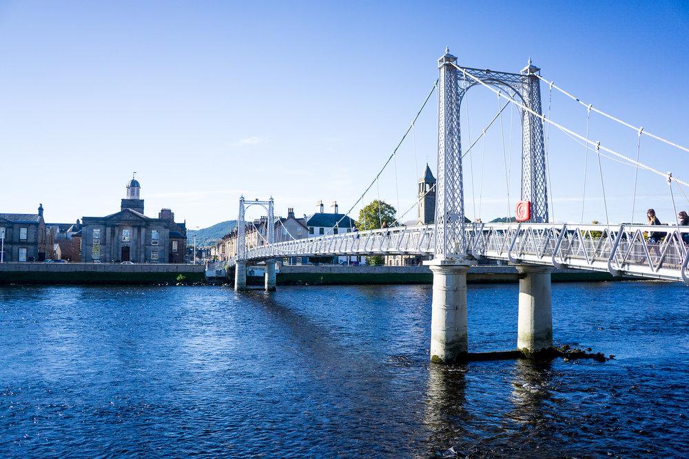 River Ness und eine spezielle, schwingende Brücke.
