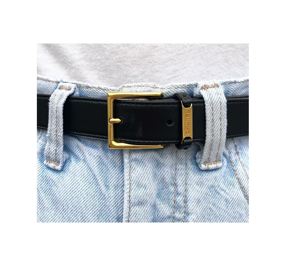 Black leather belt,  Chanel . Jeans,  vintage   Guess .