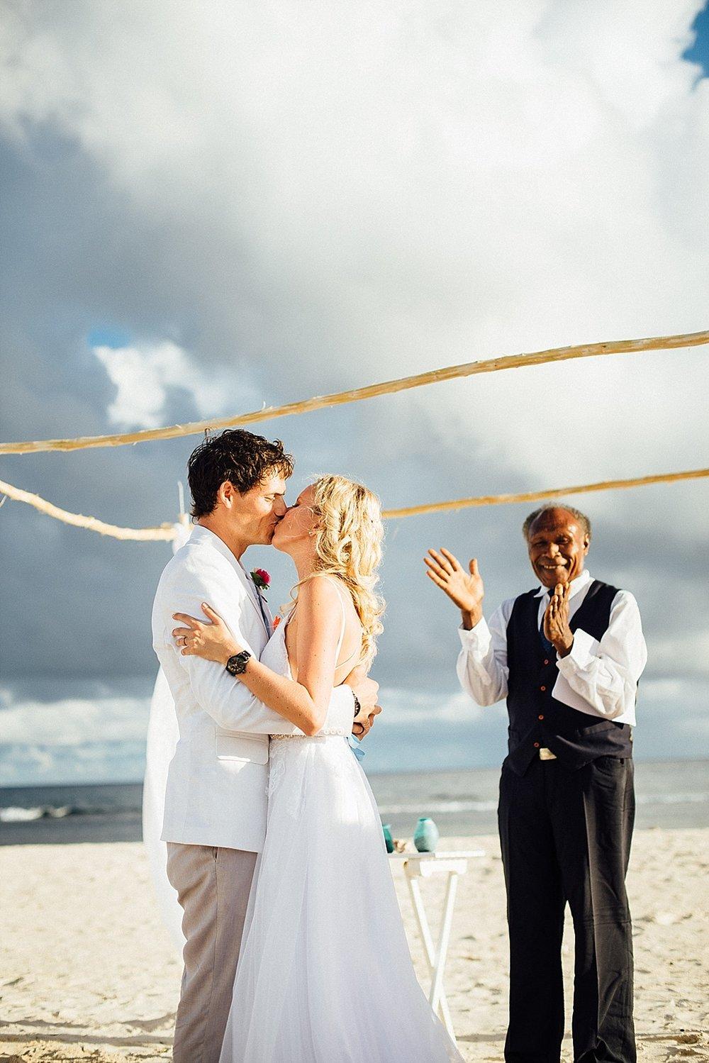 AnnaKyle-WeddingPhotography-TamanuOnTheBeach-VillaChampagne-GroovyBanana-VanuatuPhotographers_0015.jpg