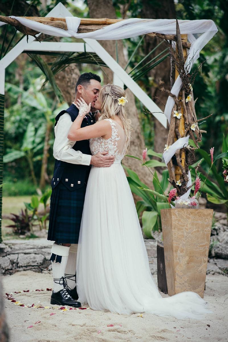 lorraine-simon-wedding-erakor-vanuatu_0015.jpg