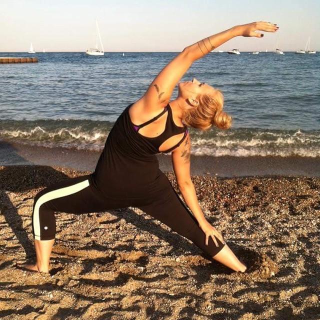 🔺🔸🔻Follow your bliss 🔺🔸🔻 #yoga #sunsalutation #reversewarrior #sunnydays #beachyoga