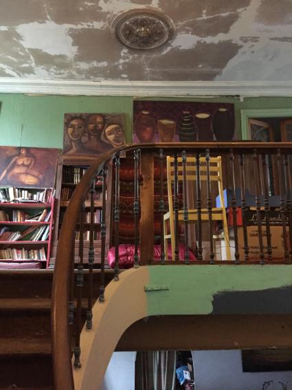 בית מתפורר של ציירת עם חנות מיוחד במינה