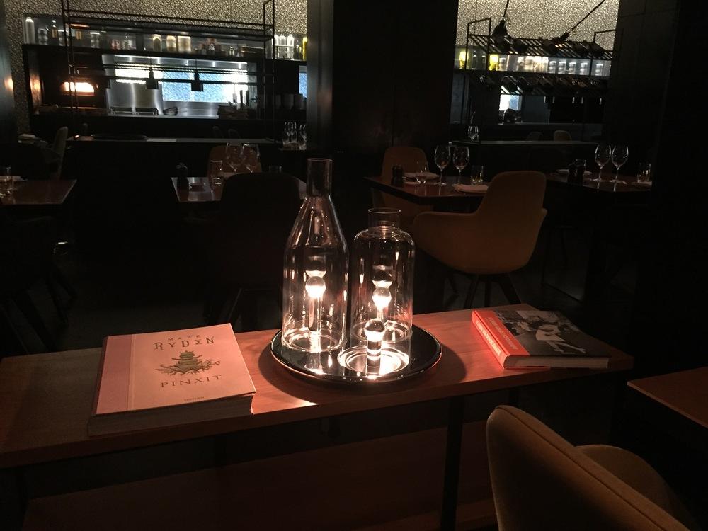 מנורה מעוצבת במסעדה