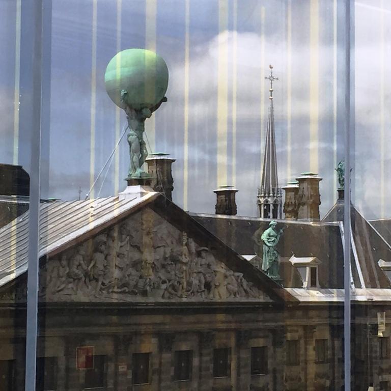 השתקפות גג ארמון המלך בחלונות ה  W