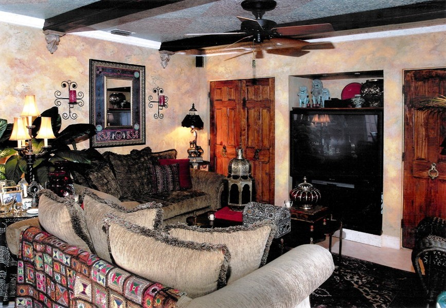 mediterrean-traditional-living-room-wood-beams.jpg