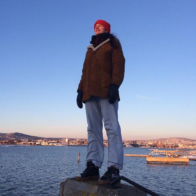 Vinter! Det kan være lett å glemme at fjorden er minst like magisk på denne årstiden. Fergene går året rundt, og øyene er øde og forlokkende. Jeg vil henge med dere på fjorden året rundt! 💙#throwback #oslofjorden #vinter #båtpuss