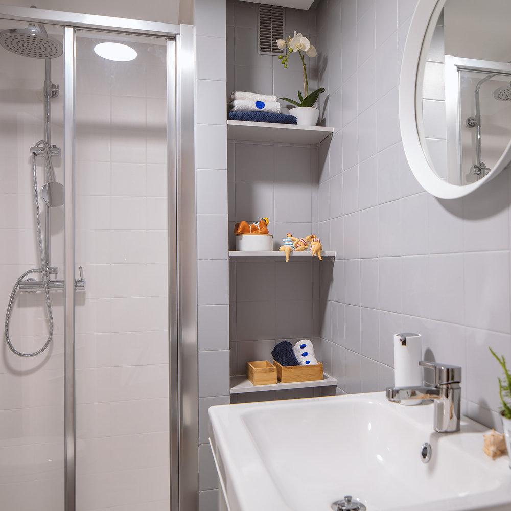 Baño de cortesia en Proyecto de interiorismo en Getxo