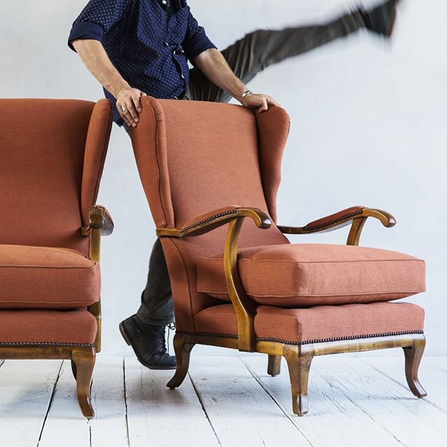Kick up your heels... It's Friday!! #tgif #legkicks #legup #imsoexcited #cjisrad 📷: @oxfordboone #heyjames #vintagefurniture #wingbackchair #lifeofastylist