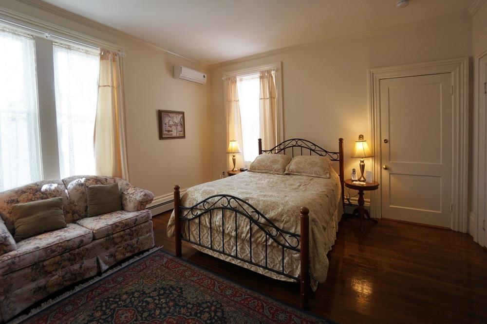 Room 17 Salem Inn.jpeg