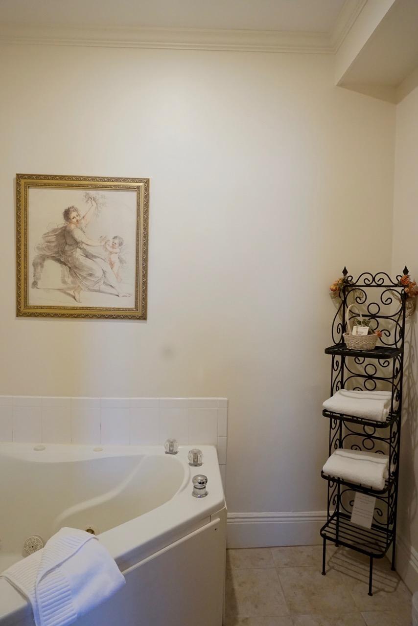 Jacuzzi Room 10 Salem Inn.jpeg