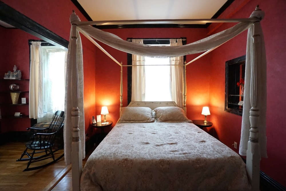 Room 10 Salem Inn.jpeg