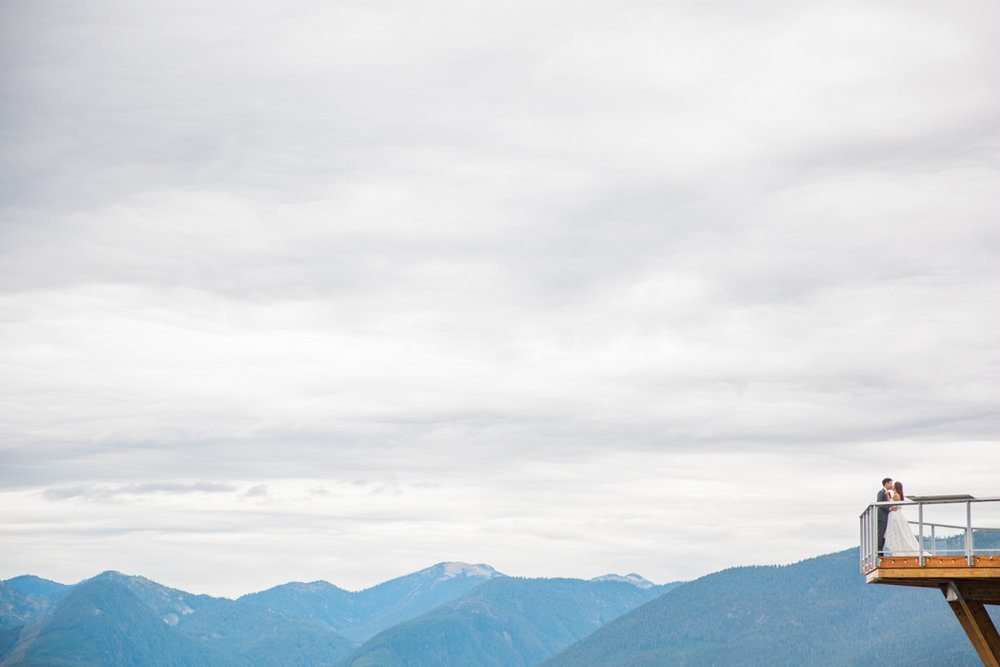 engagement-session-vancouver-above-the-clouds-a-couple-share-kiss-squamish-engagement-session-macy-yap-photo