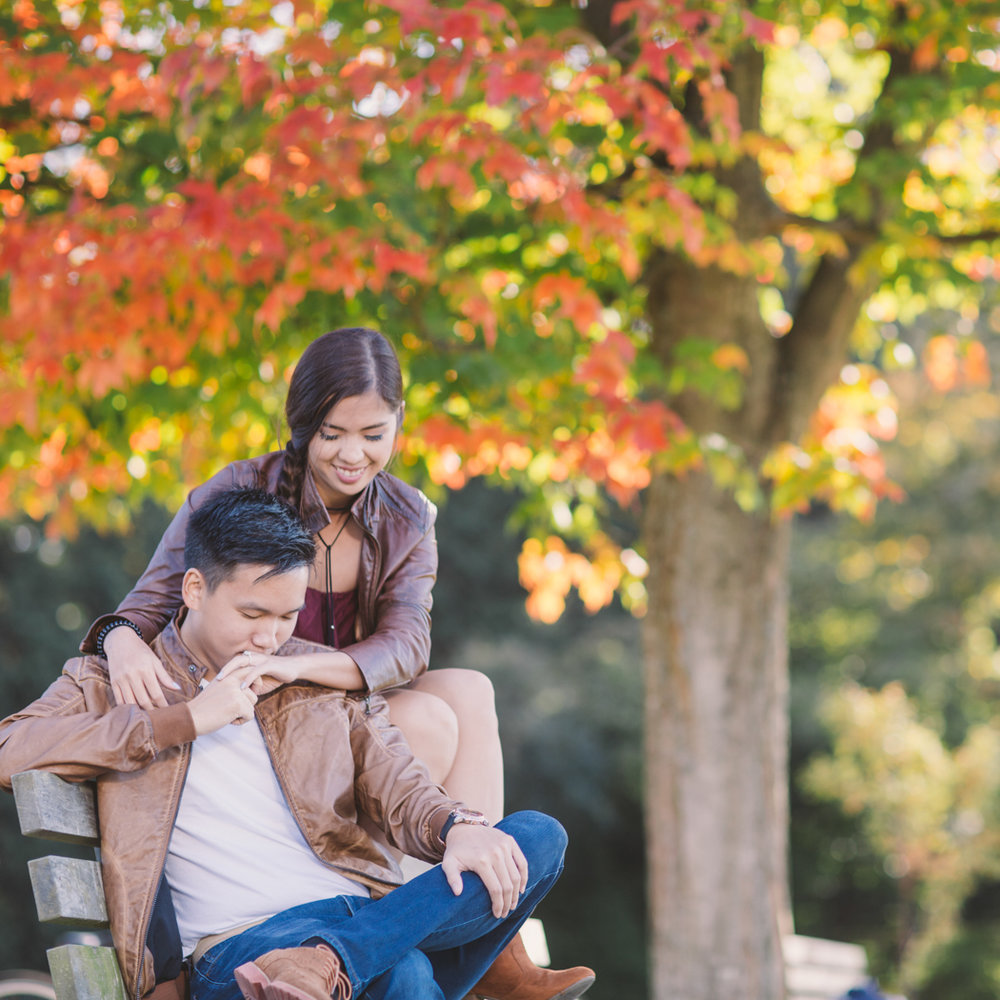 engagement-session-vancouver-boy-kissing-girls-hand-macy-yap-photo-stanley-park-autumn-season