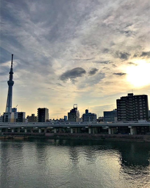Ready to get a lot done! #getup #riseandshine #wintermorning #getgoing #sunriseoftheday #cloudsofinstagram #wintersky #crisp #chargedup #sumidariver #隅田川 #空 #東京写真